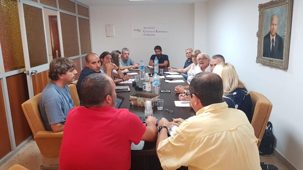 Reunió de sindicats i patronals a la seu de CECEIB per tractar les titulacions de català.
